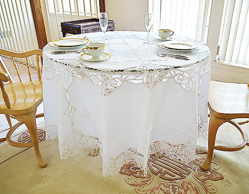 "Battenburg Round tablecloth. 88"" Round. Wtih 12 napkins. White"