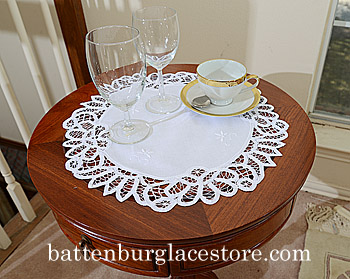 "Battenburg round placemat. 16"" round. White. (2 pieces set)"